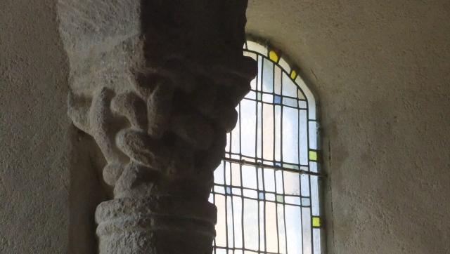 E00134_entrelacs en chapiteau_Lozère_Puylaurent_Moyen-Age_roman_sculpture