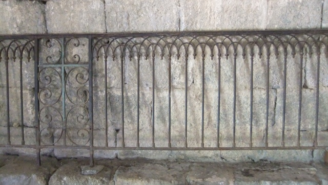 E00139_grille_Ardèche_Thines_Moyen-Age_roman_fer forgé