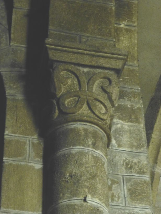 E00185_A_Chapiteau_Lozère_Langogne_Abbatiale des Bénédictins_Moyen-Age_roman_sculpture_boucle