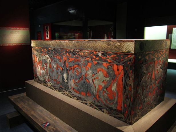 lacquer_coffin_unearthed_from_the_2nd-century-bc_han_tomb_no-1_at_mawangdui_2011-07